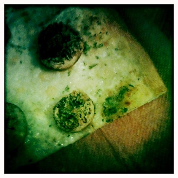 Pizza mit ganzen Pilzen