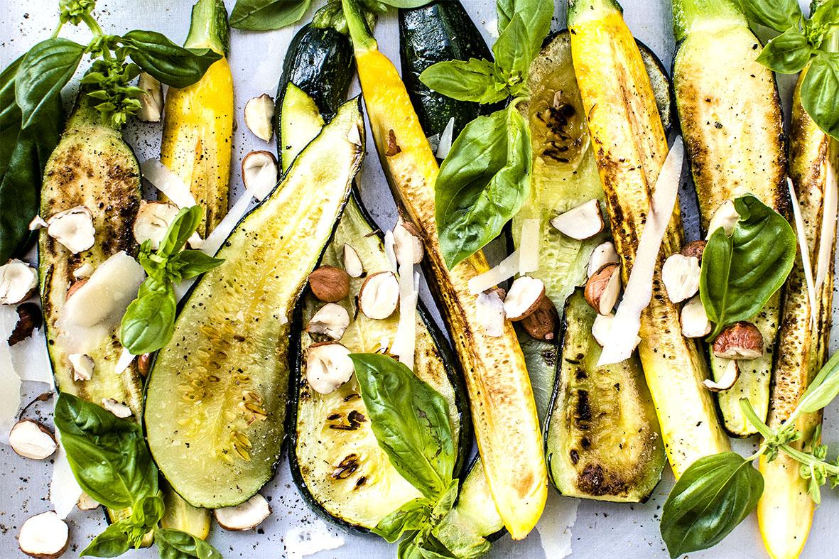 Gebratene Zucchini mit Haselnüssen und Parmesan | chestnutandsage.de